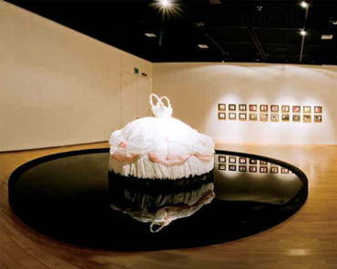 김성래, <One & Other>, 2010, 철프레임, 한지, 먹, 혼합매체, 500x500x180cm